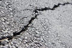 Detalle cercano de la diagonal de una grieta del pavimento imagen de archivo