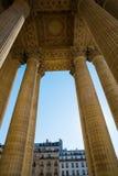 Detalle con las columnas del panteón en París Foto de archivo
