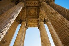 Detalle con las columnas del panteón en París Imagenes de archivo