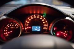 Detalle con los indicadores en el tablero de instrumentos de un coche imágenes de archivo libres de regalías