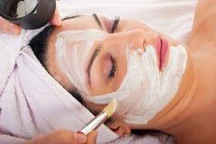 Detalle de aplicar la máscara facial Fotografía de archivo