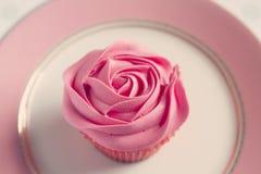 Detalle de arriba de la magdalena helada rosa del rosa Foto de archivo