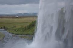 Detalle de cascadas majestuosas con las rocas y la hierba Foto de archivo libre de regalías