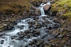 Detalle de cascadas majestuosas con las rocas y la hierba Imagen de archivo libre de regalías