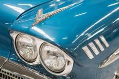 Detalle de Chevrolet Impala azul 1958 fotos de archivo