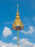 Detalle de con gradas de oro en el adornamiento del templo budista Fotos de archivo libres de regalías
