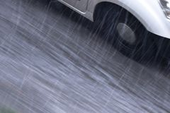 Detalle de conducción borroso del coche en la calle lluviosa en la opinión de ángulo de alto de la falta de definición de movimie foto de archivo libre de regalías