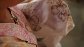 Detalle de encerar el dibujo a la materia textil para hacer el batik Isla de Bali almacen de metraje de vídeo