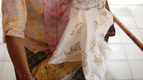 Detalle de encerar el dibujo a la materia textil para hacer el batik Isla de Bali almacen de video