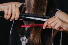 Detalle de enderezar el pelo Imágenes de archivo libres de regalías