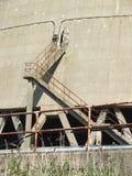 Detalle de escaleras fuera de la torre de enfriamiento nuclear Imagen de archivo libre de regalías