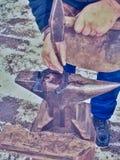 Detalle de hacer la nueva herradura en taller del herrero imagen de archivo libre de regalías