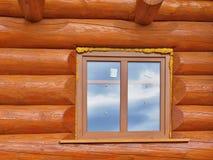 Detalle de haces en pared de la cabina Madera pintada con la pintura del fungicida y la ventana de madera imagen de archivo libre de regalías