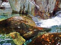 Detalle de la agua corriente contra rocas en la corriente de la montaña, Afon Cwm Llan, Snowdon Fotografía de archivo