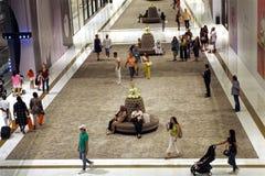 Detalle de la alameda de Dubai del callejón de lujo Gente que hace compras en un ambiente pacífico imágenes de archivo libres de regalías