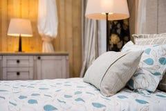 Detalle de la almohada beige en la cama Fotos de archivo