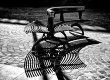 Detalle de la arquitectura, banco en el parque de la ciudad, banco en el cuadrado de ciudad en blanco y negro, sombras del banco, Fotografía de archivo libre de regalías