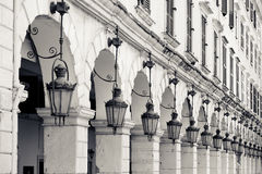 Detalle de la arquitectura de las lámparas viejas y de los arcos de piedra, Kerkyra, Corfú Imagen de archivo libre de regalías