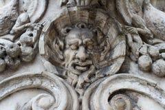 Detalle de la arquitectura gótica de las esculturas del basrelief Foto de archivo libre de regalías