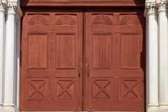 Detalle de la arquitectura de las puertas de la iglesia Fotografía de archivo libre de regalías