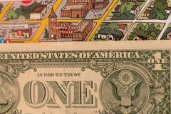 Detalle de la asta de bandera del mapa del viaje, Arizona, los E.E.U.U. con un billete de dólar apenas debajo del couthouse, de l Foto de archivo libre de regalías