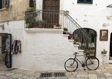 Detalle de la calle en la ciudad de Ostuni, la ciudad blanca, Apulia, Italia fotos de archivo