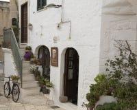 Detalle de la calle en la ciudad de Ostuni, la ciudad blanca, Apulia, Italia foto de archivo
