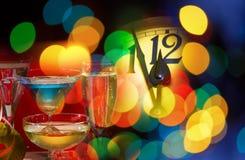Detalle de la cara del reloj del Año Nuevo con las copas de vino Imágenes de archivo libres de regalías