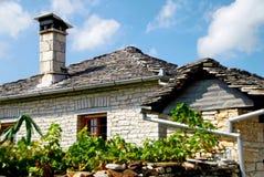 Detalle de la casa piedra-hecha tradicional del pueblo de Vitsa en el área de Zagoria fotos de archivo