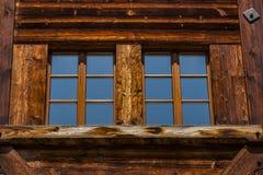 Detalle de la casa suiza tradicional del chalet Fotografía de archivo