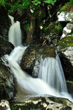 Detalle de la cascada en naturaleza escocesa salvaje Imagen de archivo