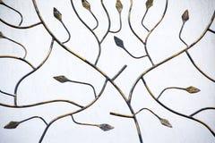 Detalle de la cerca decorativa del metal con los elementos florales Imagen de archivo libre de regalías