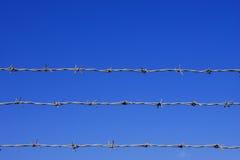 Detalle de la cerca del alambre de púas Foto de archivo libre de regalías