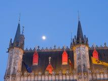 Detalle de la ciudad Hall With Full Moon In Brujas Imagen de archivo libre de regalías