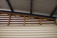 Detalle de la construcción de edificios del metal y de madera imagenes de archivo