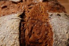 Detalle de la corteza del pan artesanal que muestra las marcas de la raya vertical Fotografía de archivo