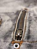 Detalle de la cremallera de los pantalones vaqueros Imagenes de archivo