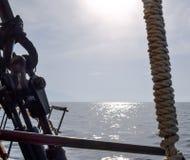 Detalle de la cubierta, del bloque de polea y de las cuerdas, aparejando en una nave alta Fotos de archivo libres de regalías