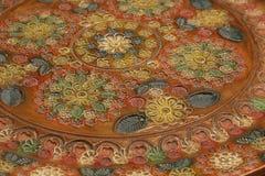 Detalle de la decoración floral en plato de cerámica grabado Imagenes de archivo