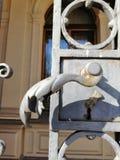 detalle de la decoración de la manija de la puerta del metal fotografía de archivo