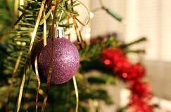 Detalle de la decoración púrpura brillante del árbol de navidad Imágenes de archivo libres de regalías