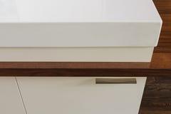 Detalle de la encimera que conecta con la mesa de comedor en h moderno Foto de archivo libre de regalías