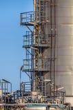 Detalle de la escalera en el lado de un tanque industrial Imagen de archivo