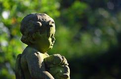 Detalle de la estatua del pequeño muchacho con el perrito, Fotografía de archivo libre de regalías
