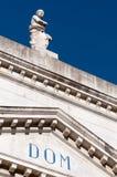 Detalle de la estatua y frontón de la iglesia Imágenes de archivo libres de regalías