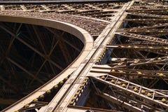Detalle de la estructura del metal en la torre Eiffel foto de archivo
