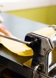 Detalle de la fabricación de la pasta fotografía de archivo libre de regalías