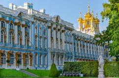 Detalle de la fachada de Catherine Palace con la aguja de la iglesia en el pueblo real Fotografía de archivo