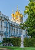 Detalle de la fachada de Catherine Palace con la aguja de la iglesia en el pueblo real Foto de archivo libre de regalías