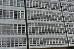 Detalle de la fachada: ventanas con las galerías de madera blancas foto de archivo libre de regalías